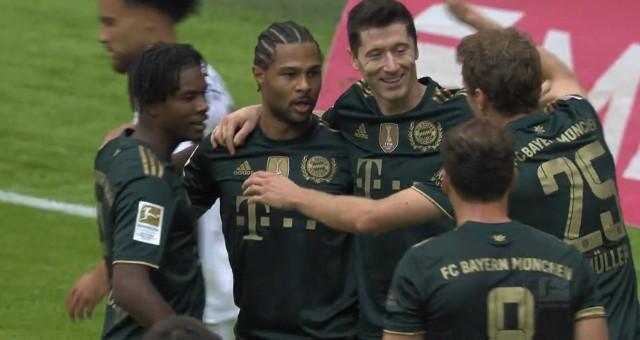 Lewandowski odbiera gratulacje za gola