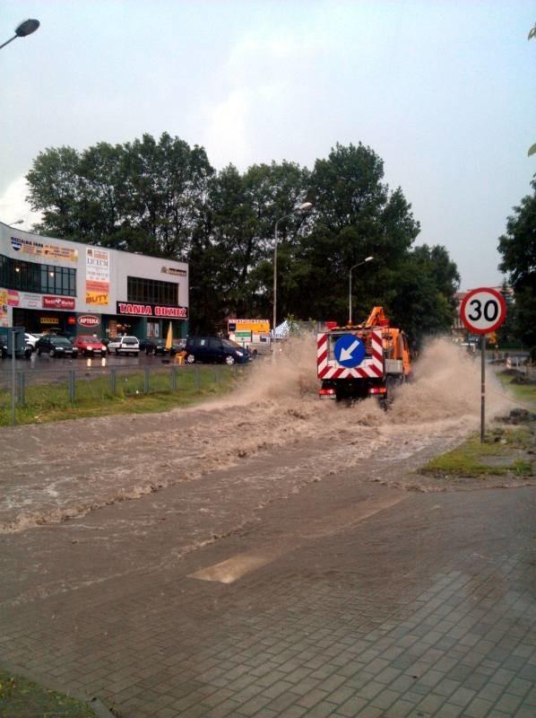 Ulewa w JarosławiuZdjęcia zrobione dziś około godziny 14:00 na ulicy Pruchnickiej w Jarosławiu.