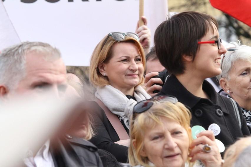 Barbara Zdrojewska na manifestacji w obronie demokracji na pl. Solnym w grudniu 2015 r.