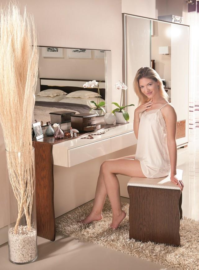 Toaletka w sypialniToaletkę w sypialni  docenia coraz więcej kobiet. W jej szufladach można przechowywać biżuterię i inne damskie precjoza. Na jej blacie ładnie prezentują się flakoniki z perfumami czy inne kosmetyki.