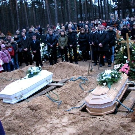 Pogrzeb nastolatek zgromadził setki osób. Koledzy i koleżanki zmarłych nie wstydzili się łez. Wszyskich dotknęła śmierć młodych dziewcząt. _ To były najfajniejsze dziewczyny na świecie - wspomina jeden z kolegów.