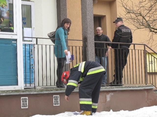 Strażacy jeszcze na śniegu dogaszali nadpalone dokumenty