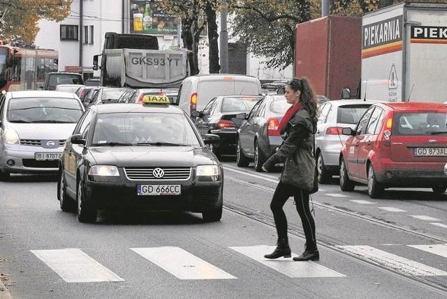 Senat odrzucił nowelizację Prawa o ruchu drogowym, która miała dawać pieszym pierwszeństwo przejścia przez jezdnię w oznakowanym miejscu już w chwili zbliżania się do niego, a nie tylko - jak jest teraz - gdy już jest na przejściu