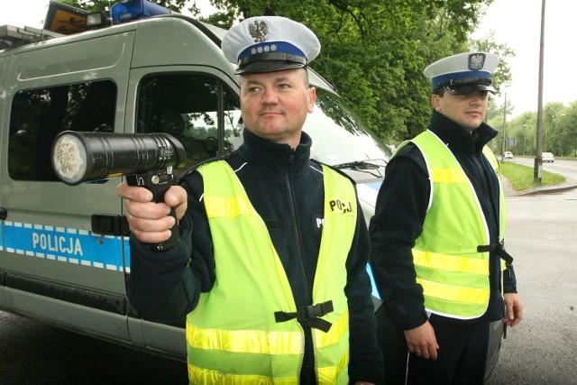Asp. sztab. Sławomir Farun (pierwszy z lewej) i posterunkowy Krystian Wojtas zaobserwowali, że wyższe kary działają na kierowców. - Wolą zwolnić, niż stracić prawo jazdy - podkreślają policjanci