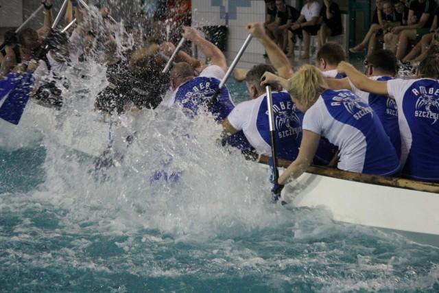 Zmagania smoczych łodzi w basenie.