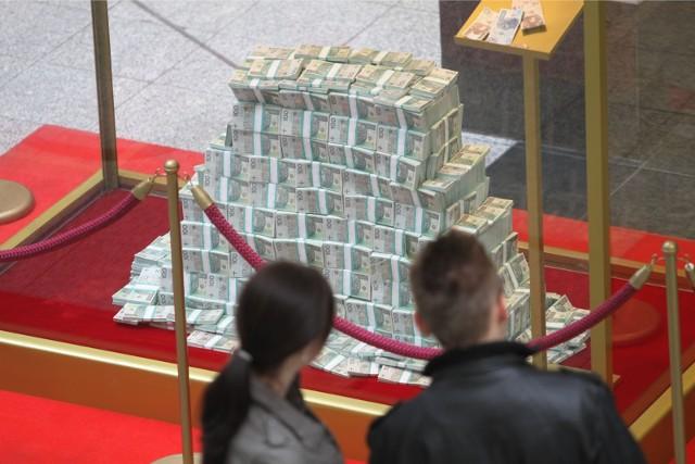 Wrocławska skarbówka ujawniła, ilu mamy milionerów w stolicy Dolnego Śląska. To osoby, które zadeklarowały roczny przychód powyżej 1 mln zł. Po przeanalizowaniu PIT-ów za 2019 rok, wiemy, że jest ich wyraźnie więcej niż przed rokiem. Dowiedzieliśmy się też, że we Wrocławiu z fiskusem rozliczyło się  więcej podatników, niż w 2019 roku. Zwiększyła się też jest łączna kwota zapłaconych u nas podatków. O ilu więcej podatników rozliczyło się w tym roku w stolicy Dolnego Śląska? O tym na kolejnej stronie.