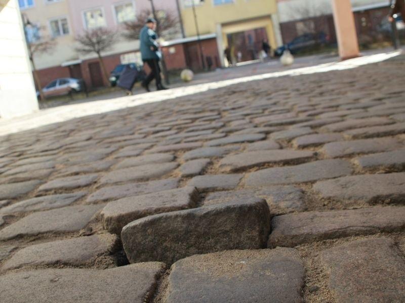 Drogowcy w najbliższym czasie uzupełnią dziury i wbiją kostki brukowe na ulicy Waryńskiego.