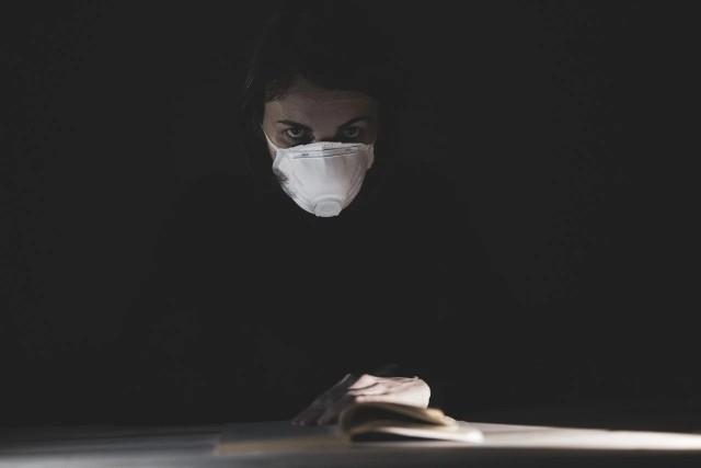 Książki o koronawirusie cieszą się dużym zainteresowaniem. Zarówno w Polsce, jak i zagranicą wydawanych jest coraz więcej tytułów o tej tematyce. Z którymi na pewno warto się zapoznać? To sprawdzisz w naszej specjalnej galerii!