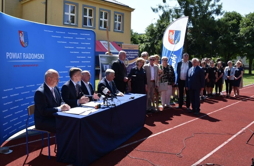 Umowę podpisali starosta radomski Waldemar Trelka,...