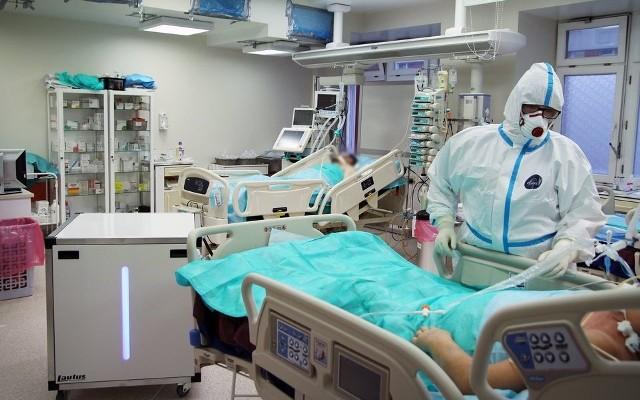 """Szpital w Grudziądzu pełni rolę zakaźnego dla całego województwa. Są tutaj hospitalizowani zarówno zachowawczo jak i specjalistycznie pacjenci z koronawirusem. Średnio w ostatnich tygodniach w odcinkach """"covidowych"""" przebywało ok. 250 chorych."""