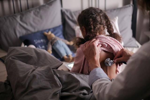 Na Covid-19 coraz częściej chorują też dzieci. Nie przechodzą już zakażenia bezobjawowo, ale najczęściej choroba szybko mija