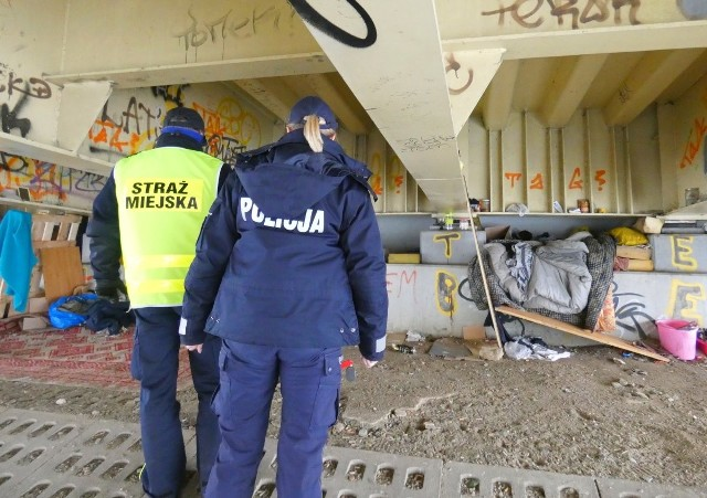 Opolska policja i strażnicy miejscy sprawdzają miejsca, w których koczują bezdomni.