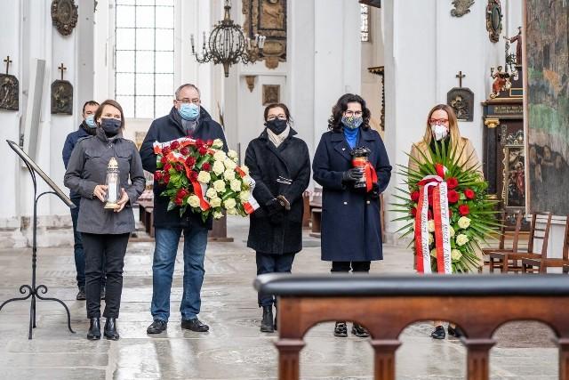 W 11 rocznicę Katastrofy Smoleńskiej prezydent Gdańska Aleksandra Dulkiewicz, przewodnicząca Rady Miasta Agnieszka Owczarczak oraz grupa posłów Koalicji Obywatelskiej oddali hołd Maciejowi Płażyńskiemu.