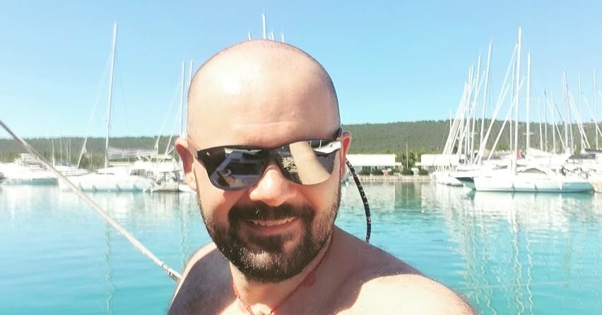 """Po Adriatyku pływał kielecki stomatolog Alex Sobański - na zdjęciu, prowadzący rodzinne gabinety """"Ma- Dent"""" i Medycyna Estetyczna, podzielając zamiłowanie swego taty, znanego kieleckiego doktora urologa Lecha Sobańskiego, do nabierania wiatru w żagle. O ile w kraju senior rodu lubi łowić rybki, o tyle na wyjeździe w Chorwacji oddawał się synem i ekipą z kolegów z pracy pływaniu po wyspach i zakamarkach Dalmacji. A rybki i inne specjały miejscowej kuchni kielecka załoga zjadała w osławionej z dobrej kuchni tawernie Mandrać Veli Iž. Zobaczcie na kolejnych zdjęciach jak ekipa z Kielc bawiła się w Chorwacji"""