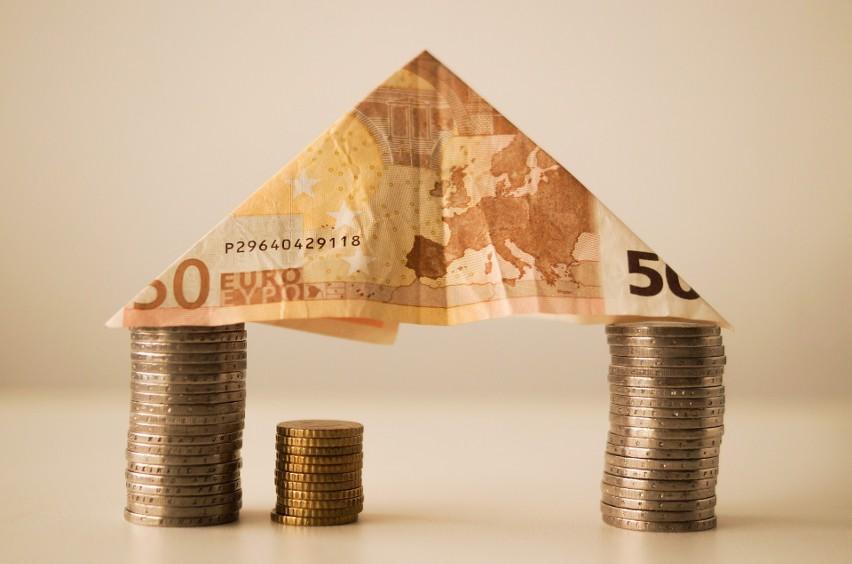 Ile lat trzeba pracować i odkładać całą pensję, aby kupić mieszkanie? Zobacz, gdzie trwa to dwa razy krócej niż w Polsce