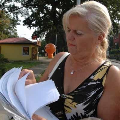 Czytelniczka pokazuje wszystkie potrzebna dokumenty. Wygląda na to, że budynek powstał legalnie. Czy na pewno? Rozstrzygnie to sąd.