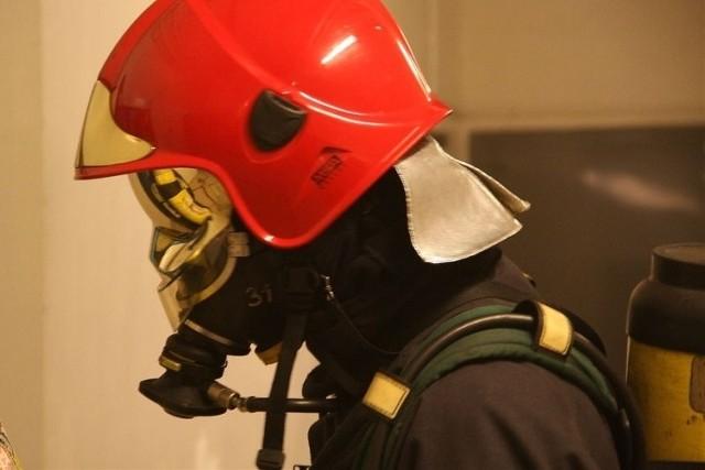 Ogień gasi 20 strażaków.