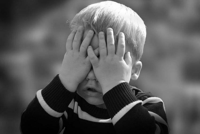 """Skandaliczny """"chrześcijański"""" poradnik dla rodziców. Twoje dziecko nie sprząta? """"Musisz dać mu klapsa"""""""