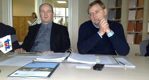 Krzysztof Aleksandrowicz (z lewej) i Tomasz Jańczak z zarządu Kronospanu mówią, że elektrociepłownia ma kosztować 50 mln euro.