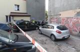 Porachunki kiboli na ul. Limanowskiego. Wypadek i ostra bijatyka na podwórzu kamienicy [zdjęcia]
