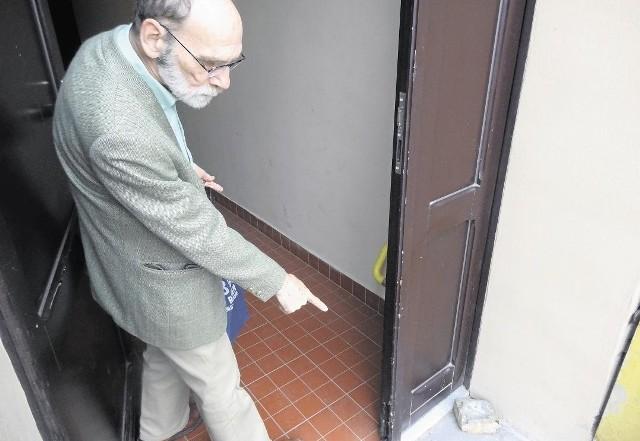 Andrzej Frankowski mieszkający w kamienicy przy rynku Łazar- skim uważa, że bałagan w kamienicy to wina toalety miejskiej