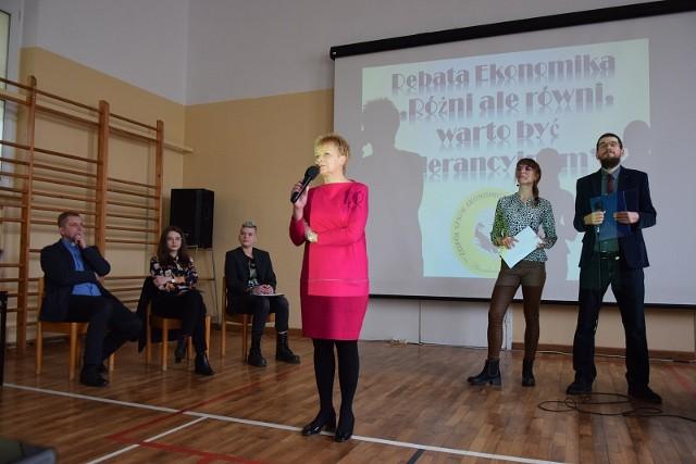 Debatę rozpoczęła Renata Draszanowska, dyrektor Zespołu Szkół Ekonomicznych w Słupsku.