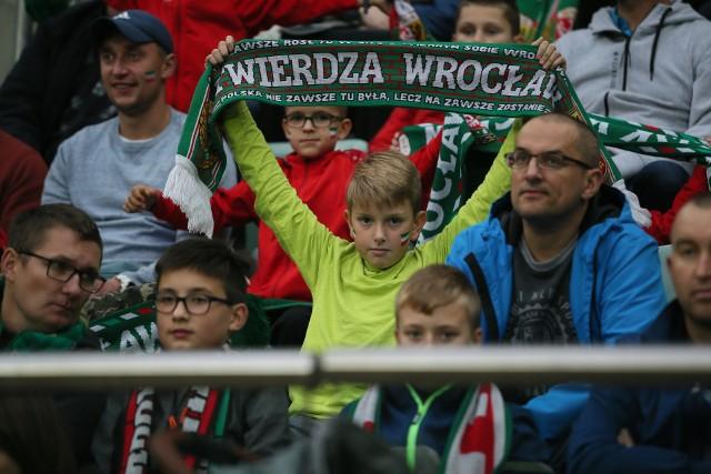 Śląsk Wrocław - Arka Gdynia 2:1. 71 dni kibice czekali na zwycięstwo Śląska Wrocław. Wreszcie się doczekali. Ponad 10 tys. osób oglądało na Stadionie Wrocław spotkanie z Arką. WKS wygrał po golach Michała Chrapka i Erika Exposito. BYŁEŚ NA MECZU? ZNAJDŹ SIĘ NA ZDJĘCIACH!WAŻNE! DO KOLEJNYCH ZDJĘĆ MOŻNA PRZEJŚĆ ZA POMOCĄ GESTÓW LUB STRZAŁEK