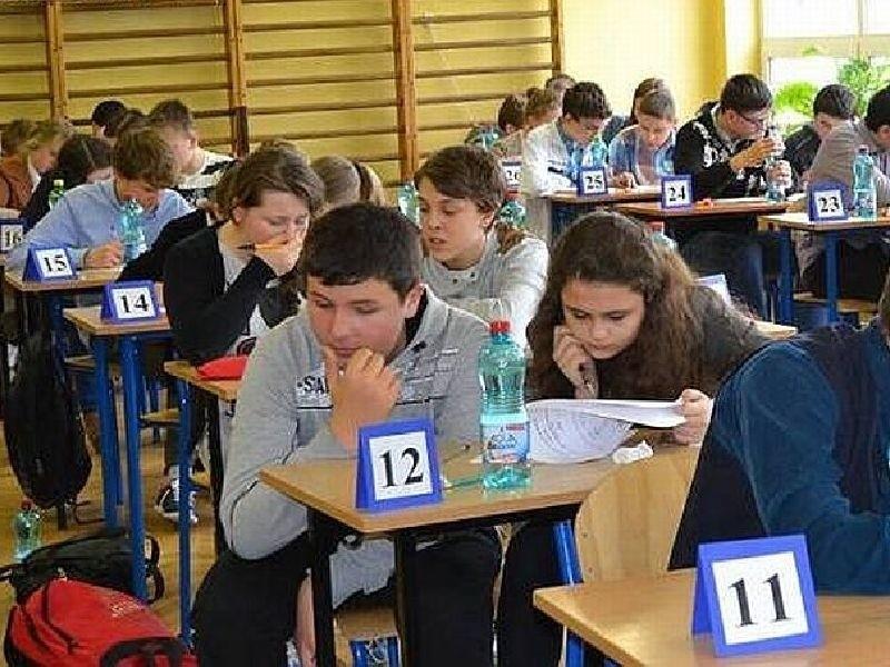student pierwszego roku spotyka się z gimnazjum