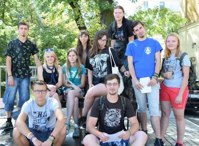 Na ulicy Sienkiewicza, przy pomniku Jana Karskiego harcerze z Leszna zrobili sobie pamiątkowe zdjęcie.