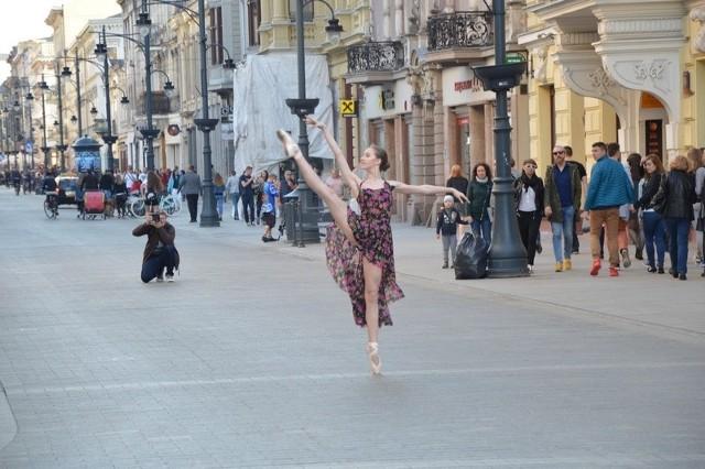 Baletnica tańcząca na pointach na ul. Piotrkowskiej to rzadki widok.