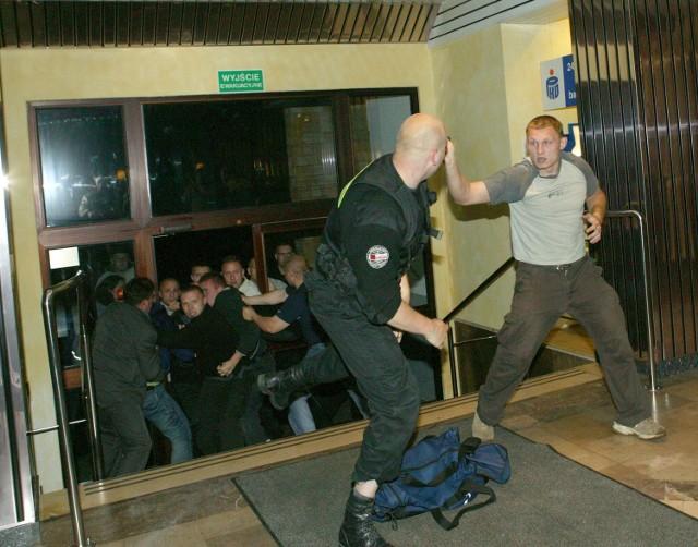 W połowie czerwca banda osiłków wpadła do jednego ze świnoujskich hoteli. W holu wybuchła bitwa. Bandyci szybko obezwładnili ochronę. Uwięzili około 200 osób. Policja odbiła hotel. Podczas śledztwa ustalono, że napastnicy byli ochroniarzami. Wynajął ich poprzedni dzierżawca hotelu, który nie pogodził się ze sprzedażą budynku. Ochroniarzom zlecił przejęcie hotelu. Do dziś drzwi budynku pilnują strażnicy wynajęci przez nowego właściciela.