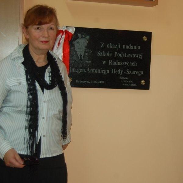 Córki Antoniego Hedy Maria Hamilton (na zdjęciu) i Teresa Heda - Snopkiewicz odsłoniły tablicę pamiątkową poświęconą Ojcu wewnątrz szkoły.