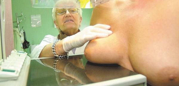 Badanie mammograficzne nie trwa długo. Powinno się je wykonywać minimum raz na dwa lata.