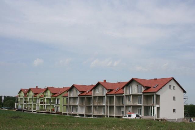 """Bloki mieszkalne na miniosiedlu w CzarnkowieMieszkania są oddawane w stanie deweloperskim, ale na życzenie nowego właściciela brygada wykona je """"pod klucz"""""""