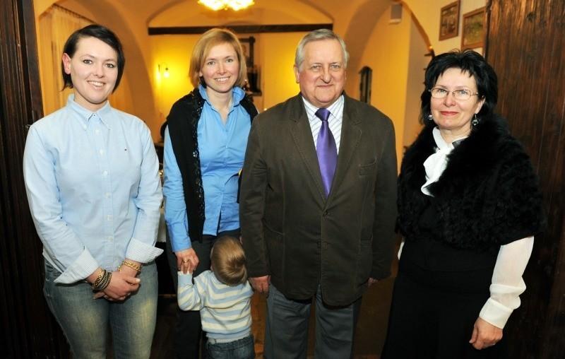 Brunon Przewoźniak i właścicielki Hotelu na Kamieniu, od lewej: Karolina Sklorz-Kowalska, Aleksandra Czech z synem Aleksandrem, pan Brunon i Emilia Sklorz.