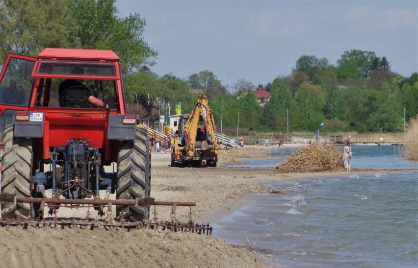 Słonecznie i gorąco nad Jeziorem Tarnobrzeskim. Dużo ludzi szuka ochłody. Jest apel o ostrożność na plażach (ZDJĘCIA)