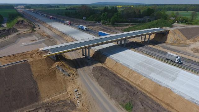 Na odcinku autostrady A1, budowanej pomiędzy Piotrkowem Trybunalskim i Kamieńskiem oddano kierowcom 5-kilometrowy fragment betonowej jezdni.Zobacz kolejne zdjęcia. Przesuwaj zdjęcia w prawo - naciśnij strzałkę lub przycisk NASTĘPNE
