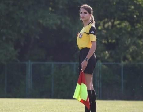 Karolina Bojar ma 20 lat i sędziuje mecze w niższych ligach w woj. małopolskim. Zobaczcie jej zdjęcia z boiska i nie tylko.Zobacz także: Najseksowniejsza lekkoatletka świata