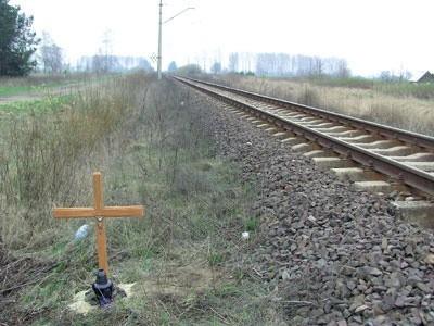 W sobotę, dzień po wypadku, kilka metrów od przejazdu, obok torów stał drewniany krzyż. A przy nim ktoś zapalił znicz