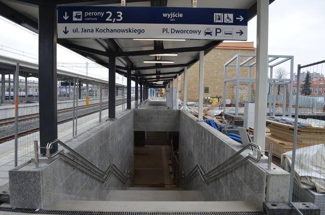 Trwa remont dworca PKP w Rzeszowie. Od dzisiaj na peron numer 2 można dostać się przejściem podziemnym. Zakończenie remontu planowane jest na lato tego roku.