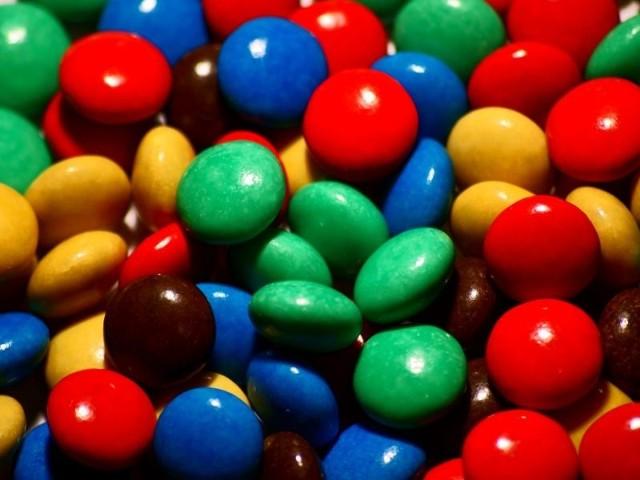 Łupem złodziei padły między innymi słodycze.