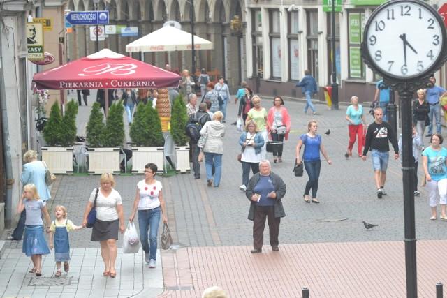 Ul. 11 Listopada to trakt opanowany przez pieszych. Zdaniem rowerzystów powinno się też znaleźć miejsce dla nich