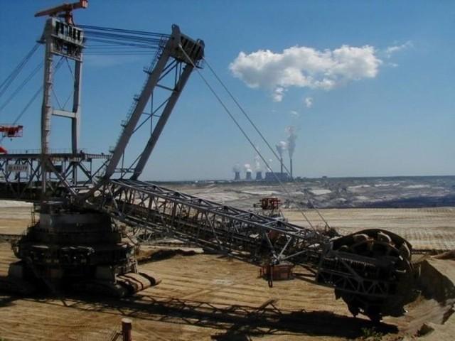 Parlament Europejski przegłosował powołanie Funduszu Sprawiedliwej Transformacji, z którego Polska ma otrzymać 7 mld euro na odejście od energetyki opartej na węglu. Wygląda jednak na to, że wsparcie otrzyma trzy województwa, wśród których nie ma Łódzkiego z bełchatowskim kompleksem energetycznym. Według posłanki PiS z tego miasta, FST nie obejmie Bełchatowa. CZYTAJ DALEJ NA KOLEJNYM SLAJDZIE>>>