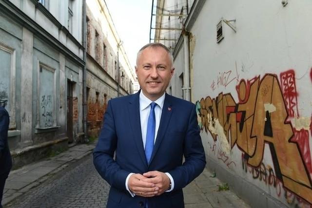 Ludomir Handzel 5 listopada 2018 r., a za nim zdewastowana ul. Wąska. Aktualnie najbardziej zaniedbana ulica jest z jego inicjatywy remontowana