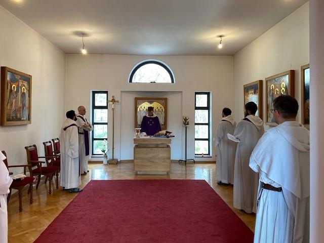 Do odwołania wszystkie msze św. rzeszowscy dominikanie sprawują wyłącznie w wewnętrznej kaplicy bez udziału osób z zewnątrz.