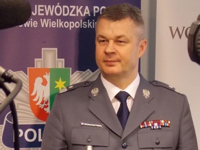 Nadinsp. Marek Działoszyński ma 51 lat, komendantem głównym jest od 10 stycznia 2012. Pracę w policji rozpoczął w 1985 r. od patrolowania Międzyrzecza, był komendantem gminnym w Skwierzynie i wojewódzkim w Łodzi, szefem biura spraw wewnętrznych KGP. Jest absolwentem wydziału prawa i administracji filii UAM.