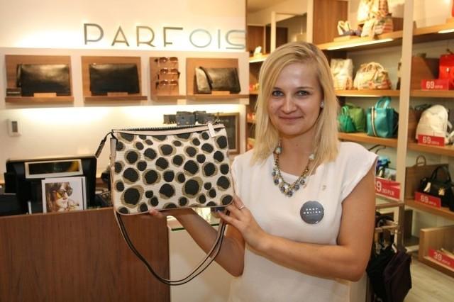 W Kielcach ruszyły już wyprzedażeParfois – sklep z galanterią skórzaną w Galerii Echo w Kielcach słynie z modnych torebek. - Teraz są u nas dobre okazje. Ta modna torebka z 89,90 złotych przeceniona została na 49,90 – mówi pani Angelika.