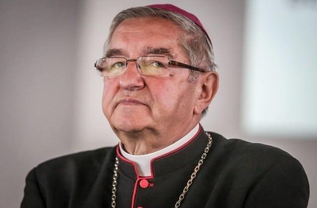 """Arcybiskup Sławoj Leszek Głódź, zapytany przez dziennikarkę, czy widział film """"Tylko nie mów nikomu"""", odpowiedział, że byle czego nie ogląda. Po kilku dniach przeprosił za swoje słowa."""