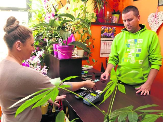 Będzie łatwiej płacić kartąBiałostocka kwiaciarnia Sunflower akceptuje płatności kartą. Właściciel Wojciech Hyżyk mówi, że takie są wymogi rynku. Nie narzeka na wysokie koszty związane z płatnościami bezgotówkowymi.