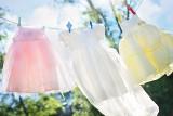 Soda oczyszczona zamiast wybielacza do prania. Poznaj skuteczny sposób na wybielenie ubrań